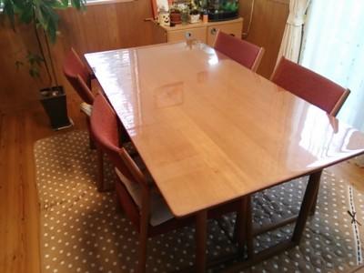 天然木のダイニングテーブルにオーダー透明マットを利用 透明テーブル