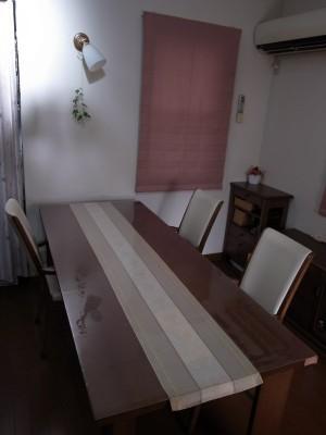 細長いテーブルに透明マット
