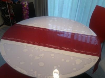 白い円形テーブル