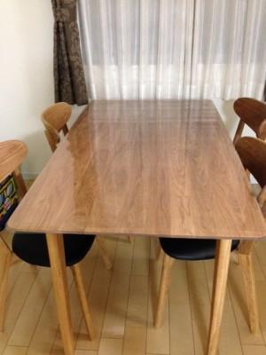 無垢テーブルにビニールマット