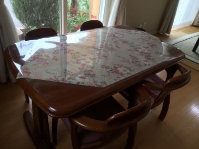 塗装が剥がれたテーブル