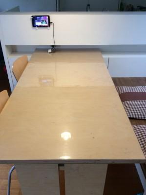 テーブルの上で工作