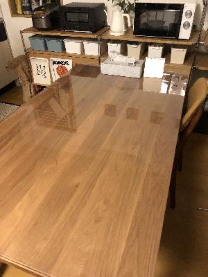 無印良品の無垢材ダイニングテーブルにマット