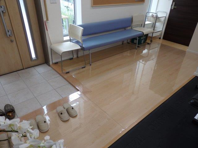 介護施設のフロアに透明マット