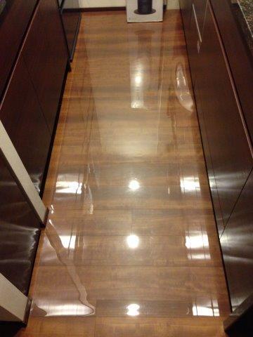 キッチンに透明のフロアマット