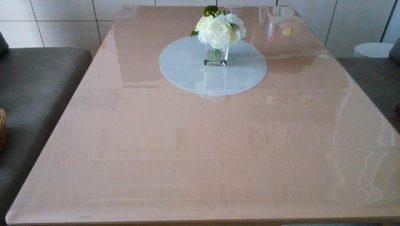 テーブルに透明マット