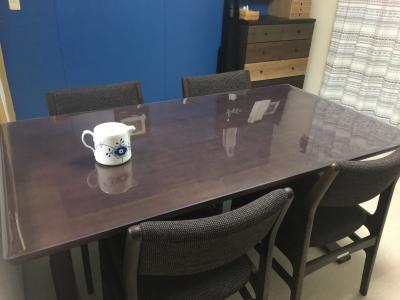 カリモク60のテーブルに透明マット