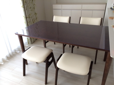 カリモク60のダイニングテーブルに透明マット