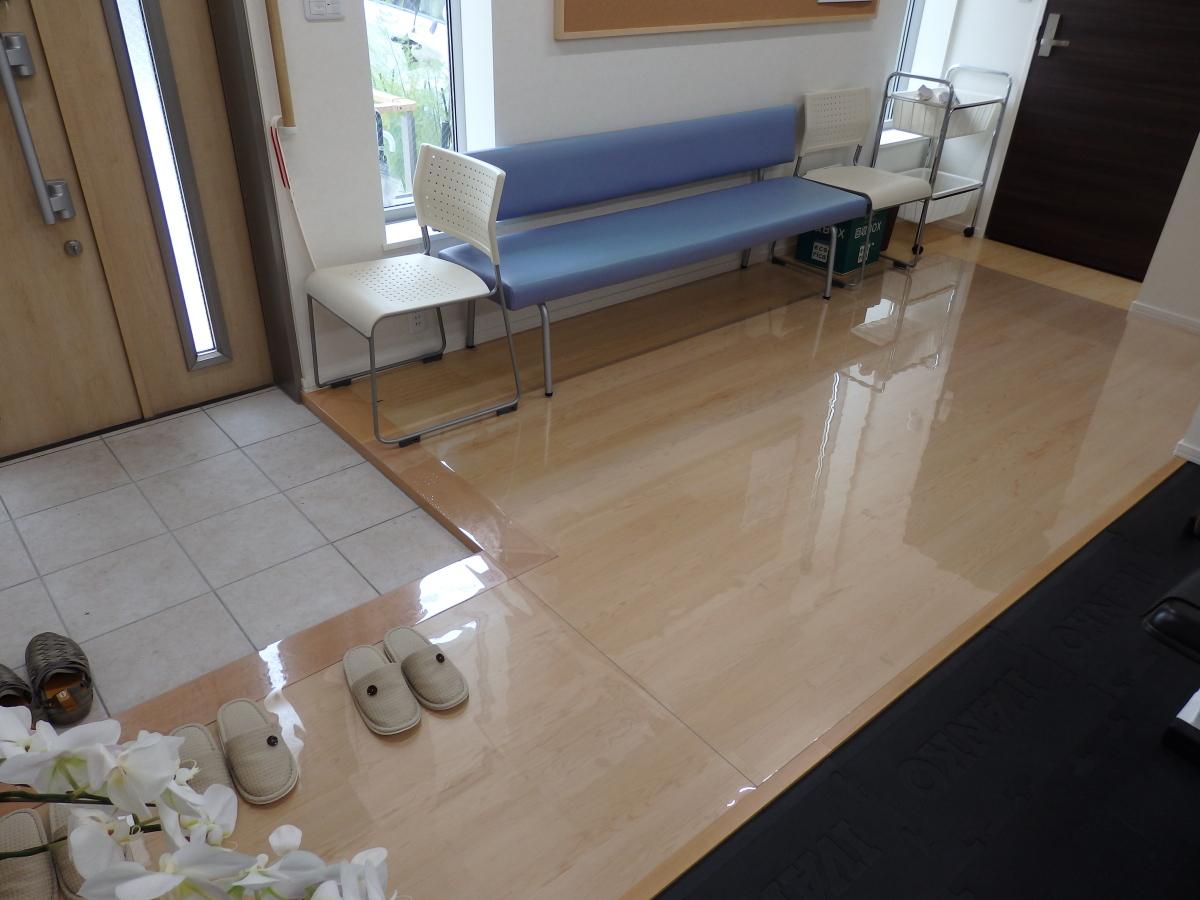 フローリングの床に透明マット