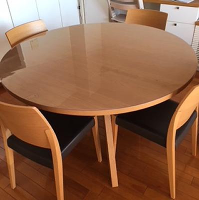 アルフレックスの丸テーブルに透明マット