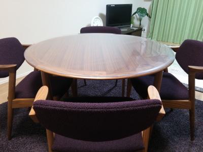 宮崎椅子製作所の丸テーブル(カイ・クリスチャンセン)に透明マット