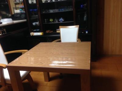 正方形のダイニングテーブルに保護マット