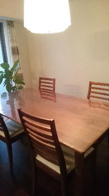 新居のテーブルに透明マット